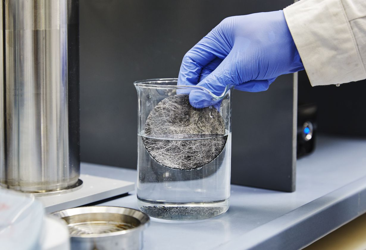 KIT researchers have developed a filtration system with smallest carbon particles, which removes hormones from drinking water.